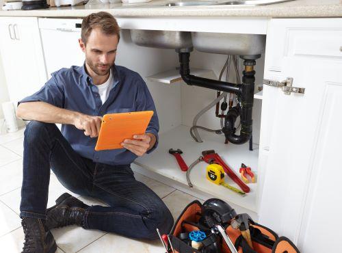 plombier Roquevaire - un plombier prépare un devis