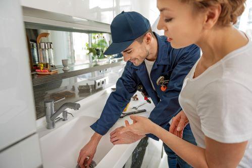 plombier Saint-Mandé - un artisan inspecte les appareils sanitaires d'une cuisine