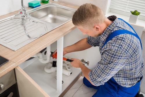 plombier Saint-Victoret - un artisan installe une salle de bains neuve