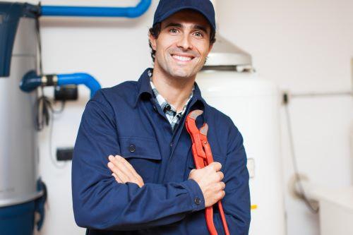 plombier Saint-Victoret - un homme tient en souriant une clé anglaise