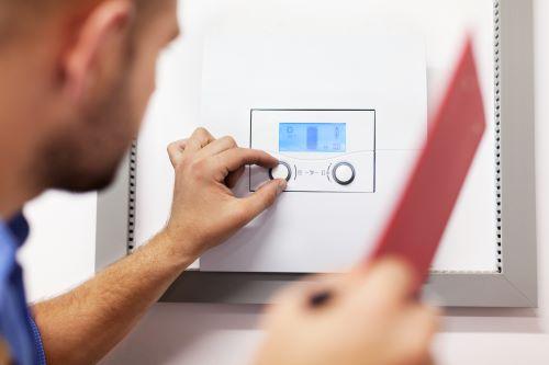 Plombier Nice - Un plombier règle la température d'un thermostat