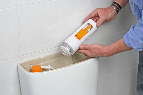 Plombier Nice - Un plombier répare un WC