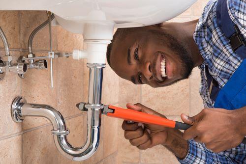 Plombier Nice - Un plombier installe un lavabo
