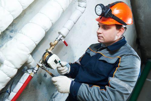 Plombier Nice - Un plombier répare la tuyauterie