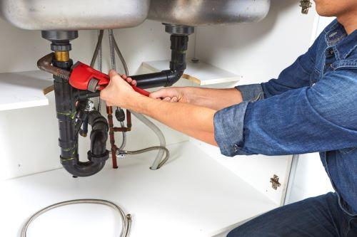 Plombier Nice - Un plombier répare un siphon